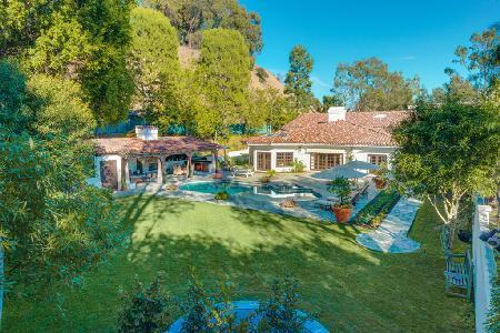 Exclusive Summit Circle Retreat offers an  outdoor bar, fireplace, swimming pool - Image 1 - Beverly Hills - rentals