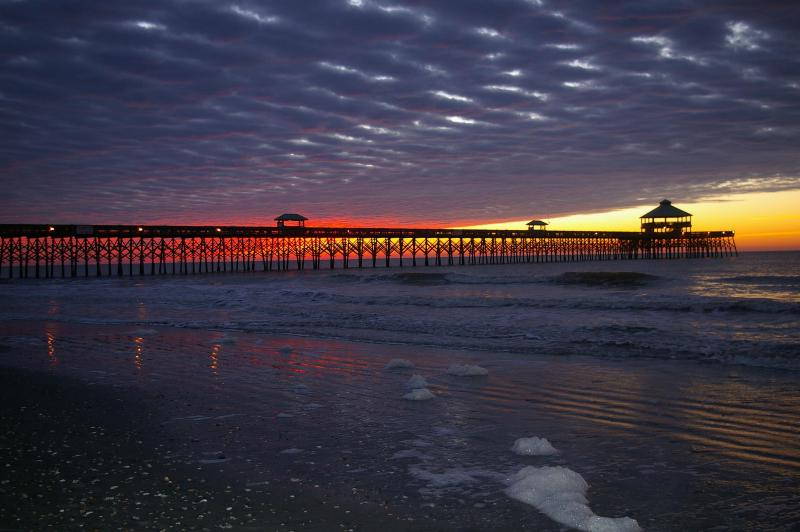 Sunrise at Folly Beach Pier--only 200 steps from the house - Sleep 8-10~200 Steps to Beach~1 Block to Center St - Folly Beach - rentals