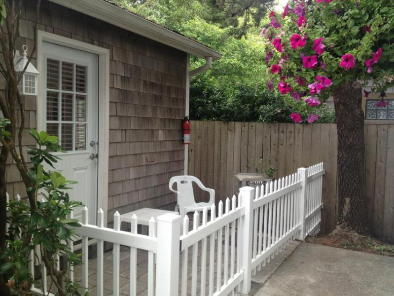Cozy, dog-friendly studio w/ easy beach access - great location! - Image 1 - Cannon Beach - rentals