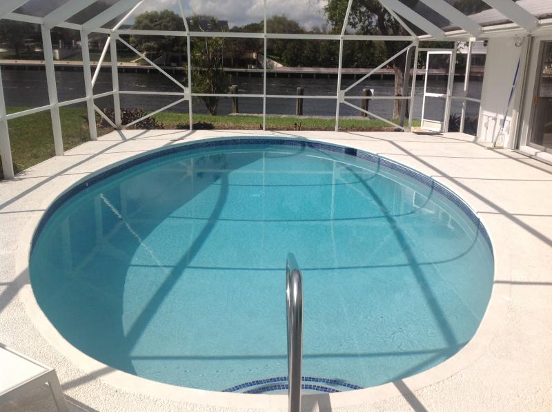 Beautiful Large Sunny POOL on the inter coastal waterway - watch the Mega Yachts go by - Direct Inter Coastal BEACHside PET FRIENDLY  Pool! - Lauderdale by the Sea - rentals