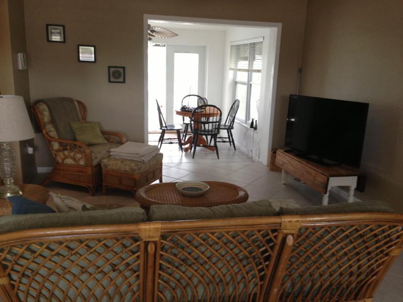 Living room - Pool, saltwater canal, kayaks, bikes - Port Charlotte - rentals