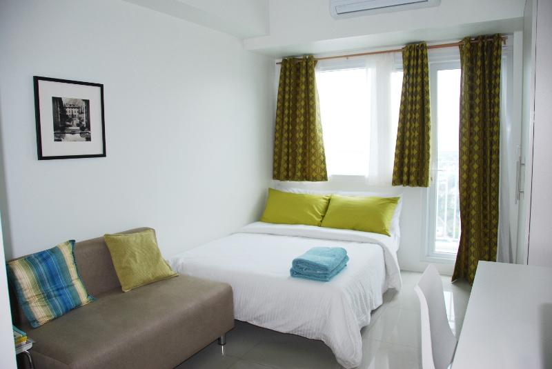 studio unit with full size bed - New & Clean Makati Condo with Balcony - Makati - rentals