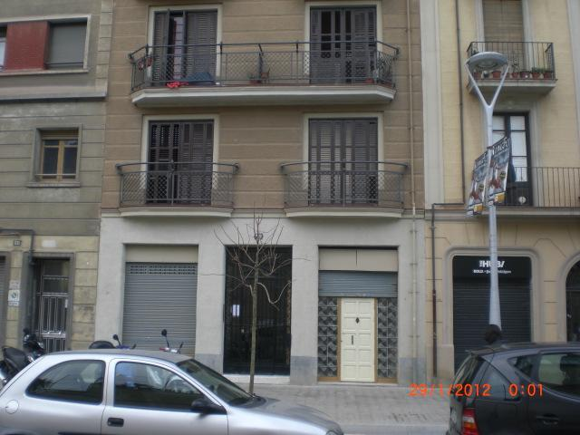 Front entrance to apartment on first floor - SPECIAL ONLY 45 €/NIGHT DURING MARCH!!!! - Barcelona - rentals