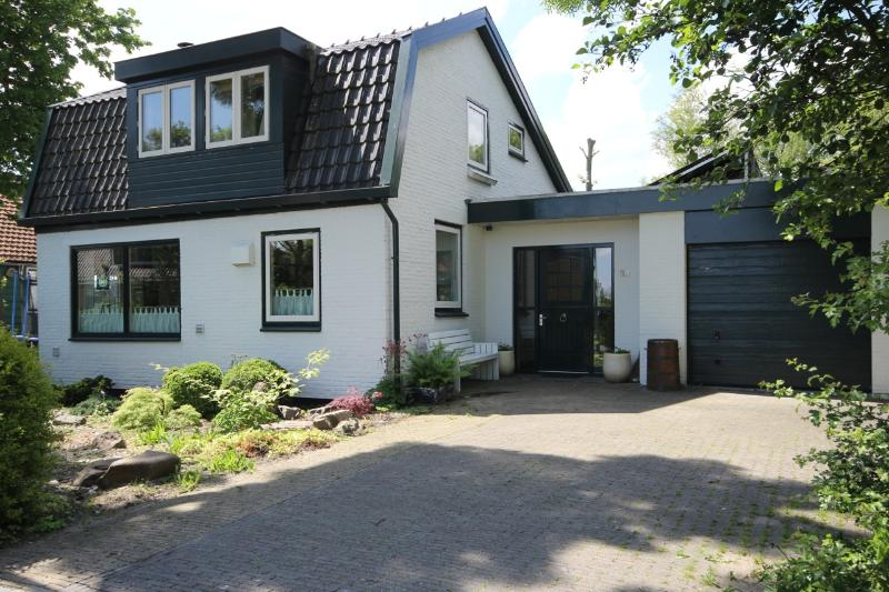 the front of the holiday home - Where Els: Holiday home for groups near Amsterdam - Assendelft - rentals