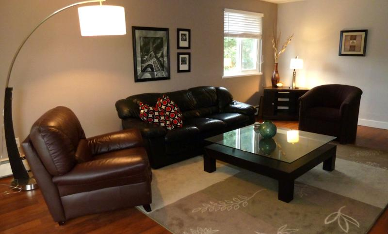 "Comfortable and spacious living room - Updated Spacious ""Home away from home"" - Nanaimo - rentals"
