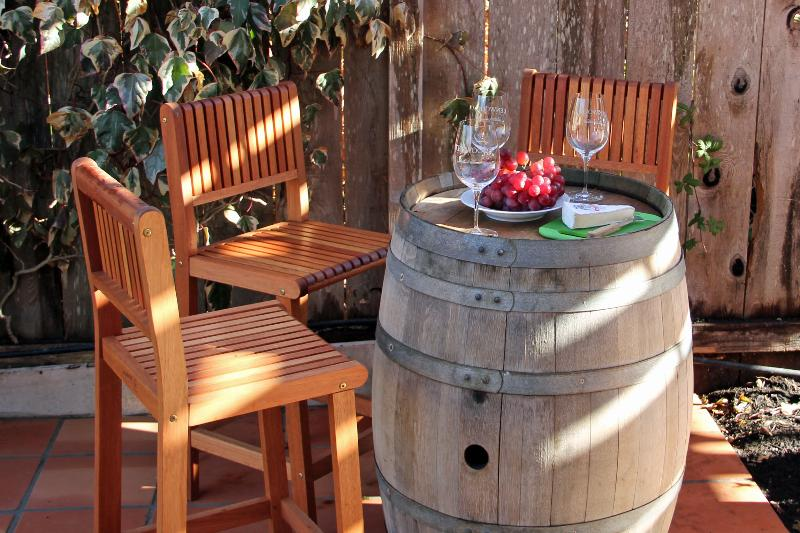 Wine barrel bar under shaded arbor - Casa Orinda - Spa, Bocce, BBQ Kitchen, walk or bike to local wineries and restaurants - Bikes included - Kenwood - rentals