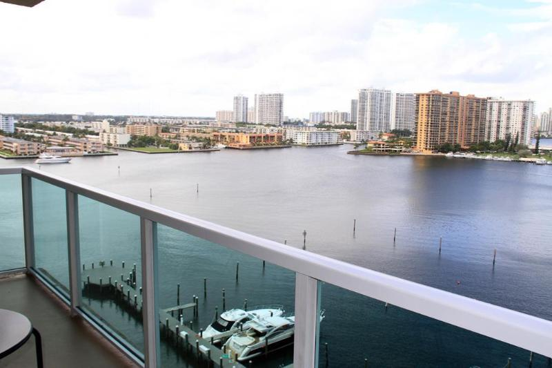Bayfront view - 2 bed / 2 bath apartment in Miami 12 - Sunny Isles Beach - rentals