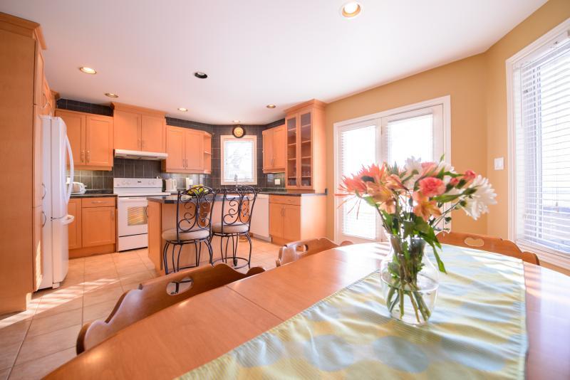 Cozy Corner Bungalow -Weekly Discounts! - Image 1 - Niagara Falls - rentals