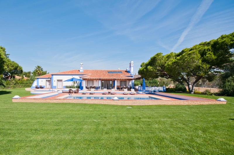 SPECTACULAR 5 BEDROOM VILLA + 1 SUITE FOR 12 PEOPLE WITH PRIVATE POOL AND TENNIS COURT IN OLHOS DE AGUA, ALBUFEIRA REF. ALMB134529 - Image 1 - Olhos de Agua - rentals