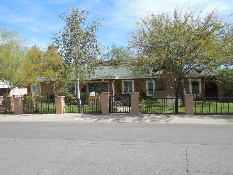 Street view of the house - Spacious, Spotless Home In The Heart Of Scottsdale - Scottsdale - rentals