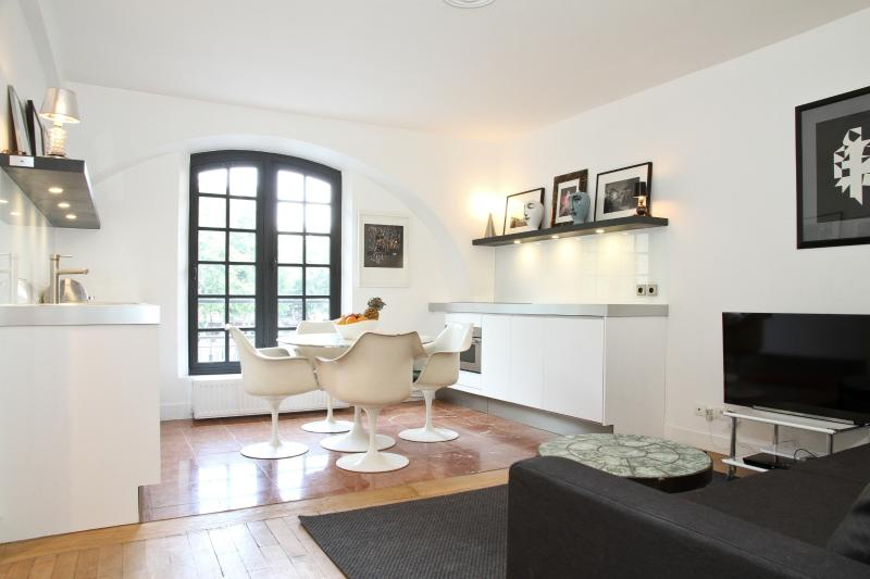 Kitchen and Living Area - 36. MODERN APARTMENT - OPEN VIEW ON THE MARAIS - Paris - rentals