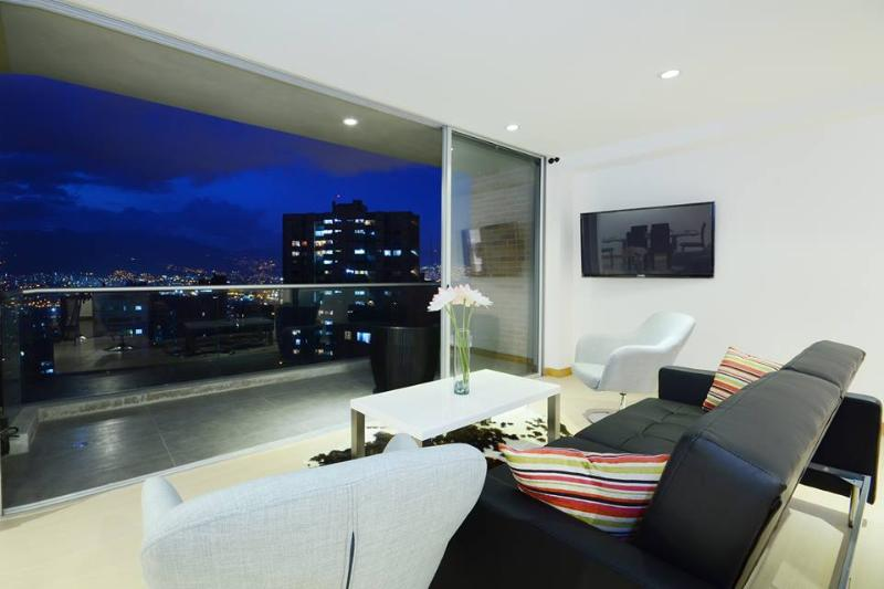 Enjoy the fantastic view of the city from the modern living room - European-style luxury apartment with swimming pool - Medellin - rentals