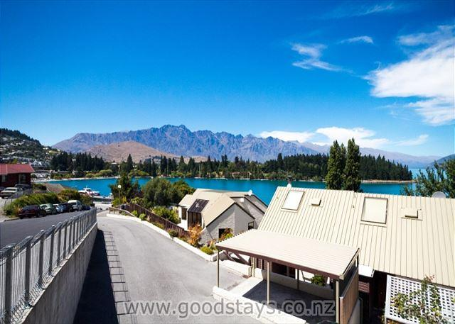 Contemporary townhouse on elevated site, outstanding views, steps to town! - Image 1 - Queenstown - rentals
