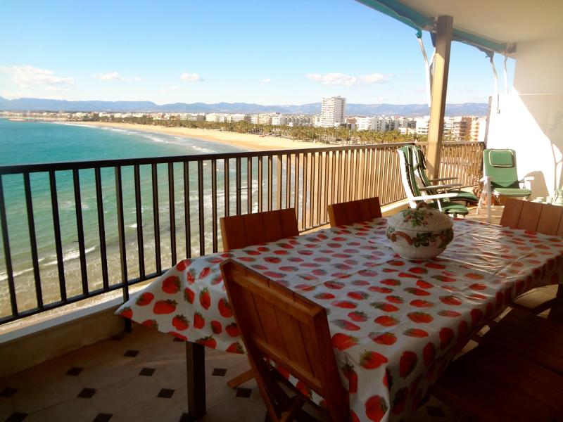 Beachside penthouse in Salou for 12 people, just a few steps from beautiful beaches! - Image 1 - Salou - rentals