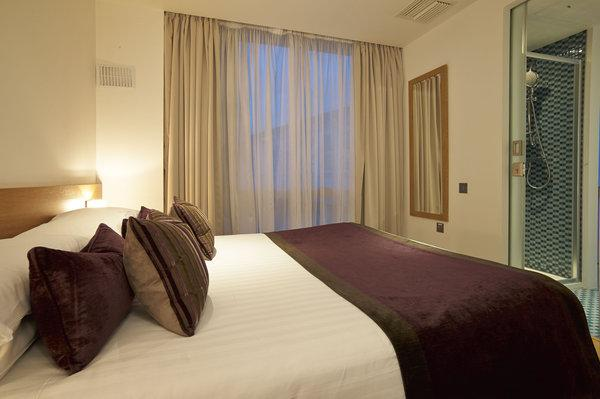 Modern & Stylish Bedroom with quality linen - Modern 2 Bedroom London Apartment in the Heart of Earls Court - London - rentals