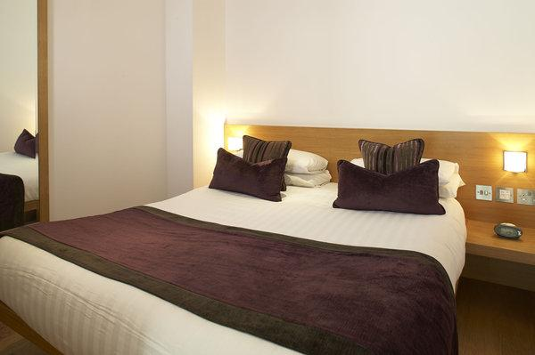 Modern & Stylish Bedroom with quality linen - Modern 2 Bedroom London Apartment in Earls Court - London - rentals