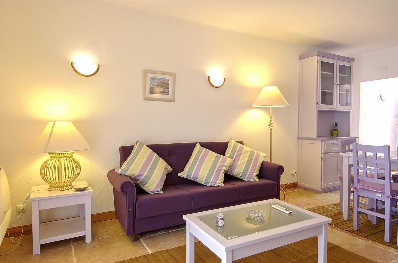 2 BEDROOM APARTMENT FOR 5 NEXT TO THE BEACH IN OLHOS D'AGUA, ALBUFEIRA (2) REF. ALMB134980 - Image 1 - Olhos de Agua - rentals
