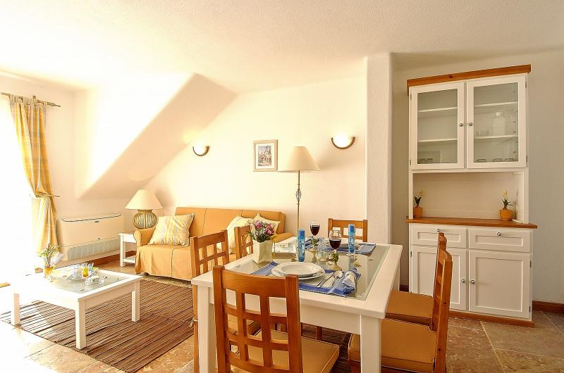 2 BEDROOM APARTMENT FOR 5 NEXT TO THE BEACH IN OLHOS D'AGUA, ALBUFEIRA (5) REF. ALMB134983 - Image 1 - Olhos de Agua - rentals