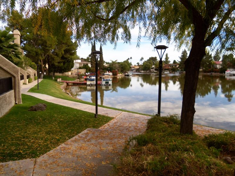 The path that leads to the shore - Lake view 3 bedroom condo near the airport, ASU, g - Tempe - rentals