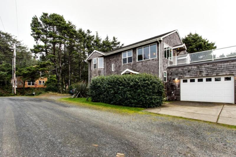 Oceanview home with Ping-Pong & a lovely deck, walk to the beach! - Image 1 - Cannon Beach - rentals