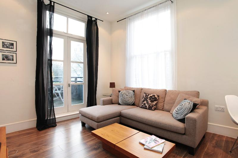 uberlondonapartments - lounge space with door opening onto terrace  - Notting Hill Gate House - London - rentals