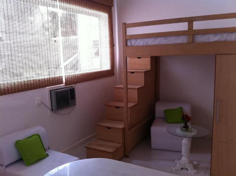 Bedroom: double bed and large window - Charming Loft @Rio 1 Min From Sand Of Leblon Beach - Rio de Janeiro - rentals