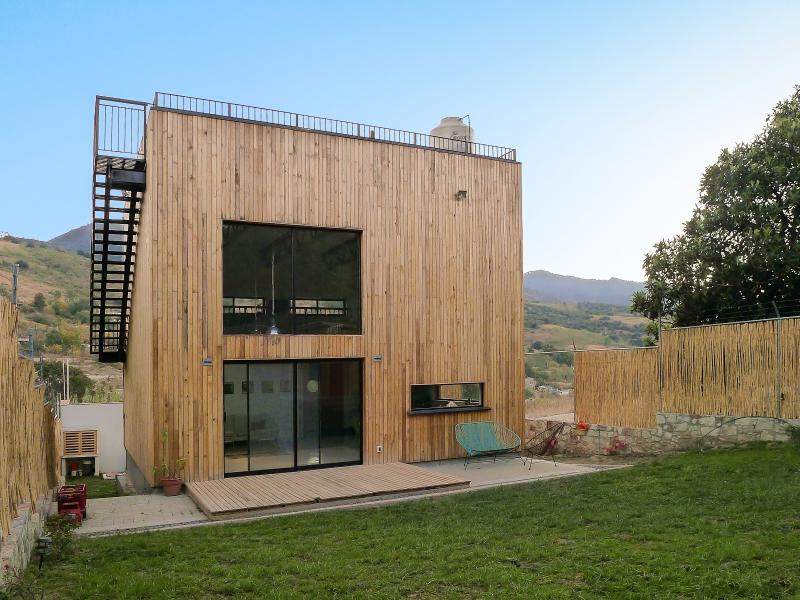 Back terrace and garden to enjoy the sun. Large windows provide great light. - The Wooden Box Modern Architecture | Amazing Views - San Agustin Etla - rentals