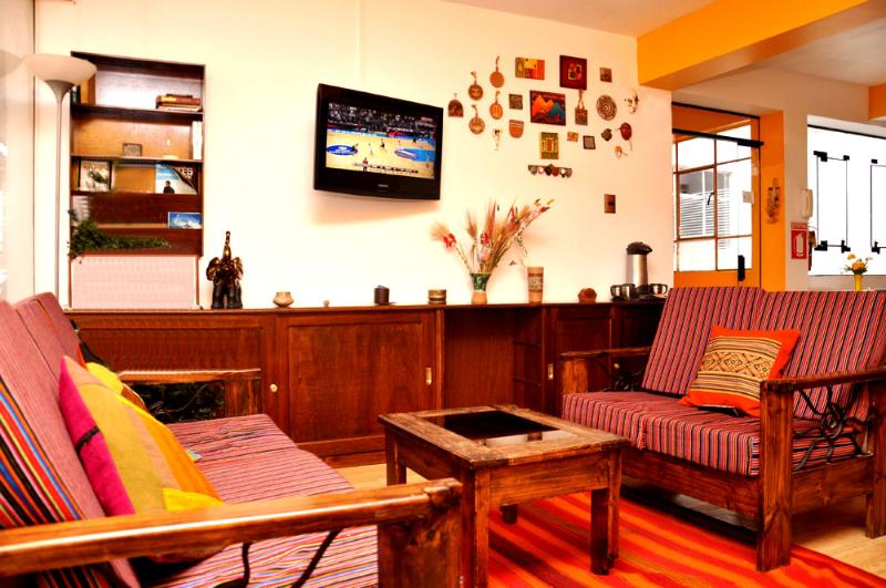 Living Room with Cable TV 32´´ , Bluray, Books - Net House B&B  - Double or Twin Room - Cusco - rentals