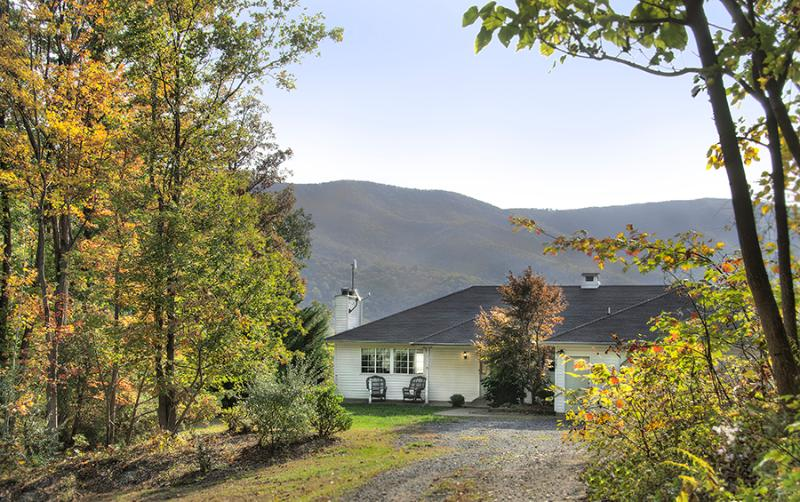 Sunridge Retreat with Blue Ridge Mountains behind - Sunridge Retreat in Shenandoah Woods - Luray - rentals
