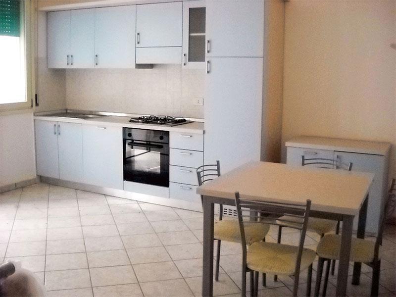 Soggiorno con divano letto e cucina a vista - Trilocale indipendente con giardino Smeraldo 1 - Lido delle Nazioni - rentals