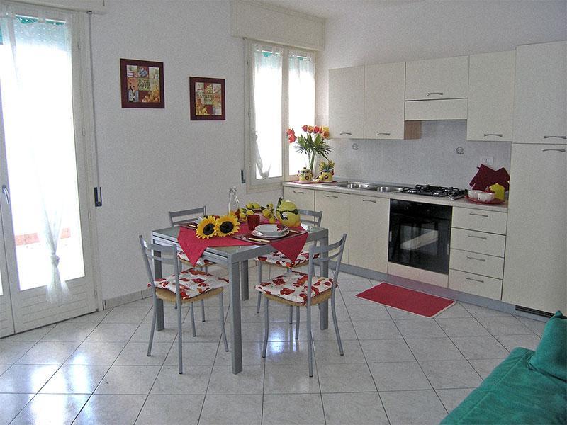 Soggiorno con angolo cottura, divano letto e balcone - Trilocale in Residence ampio Terrazzo Int. 12 - Comacchio - rentals