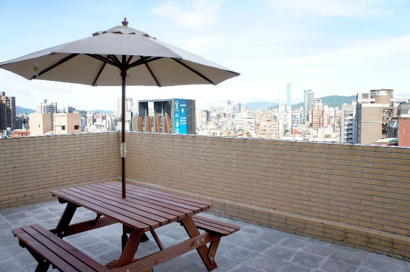 The biggest surprise awaits for you is the 20 square meter terrace. - MRT Dongmen,Yongkang Street, Loft in Downtown TAIPEI - Taipei - rentals