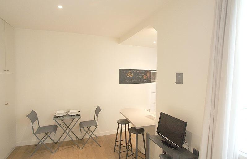 Wider view of the room with the TV and cable hook-up showing - Trendy apt. in Beaubourg / Marais - Paris - rentals