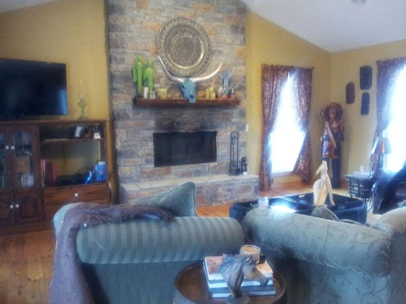 Living room - Beautiful log house on a working KY horse farm - Bowling Green - rentals