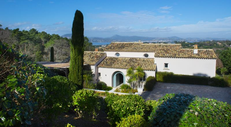Contemporary villa in Saint-Tropez 12 persons - Image 1 - Saint-Tropez - rentals