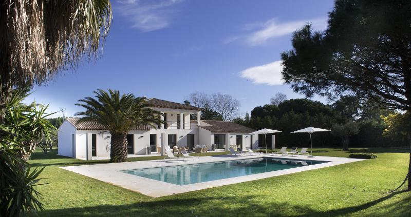 Modern Villa Saint-Tropez, 6 bedrooms, 12 people - Image 1 - Saint-Tropez - rentals
