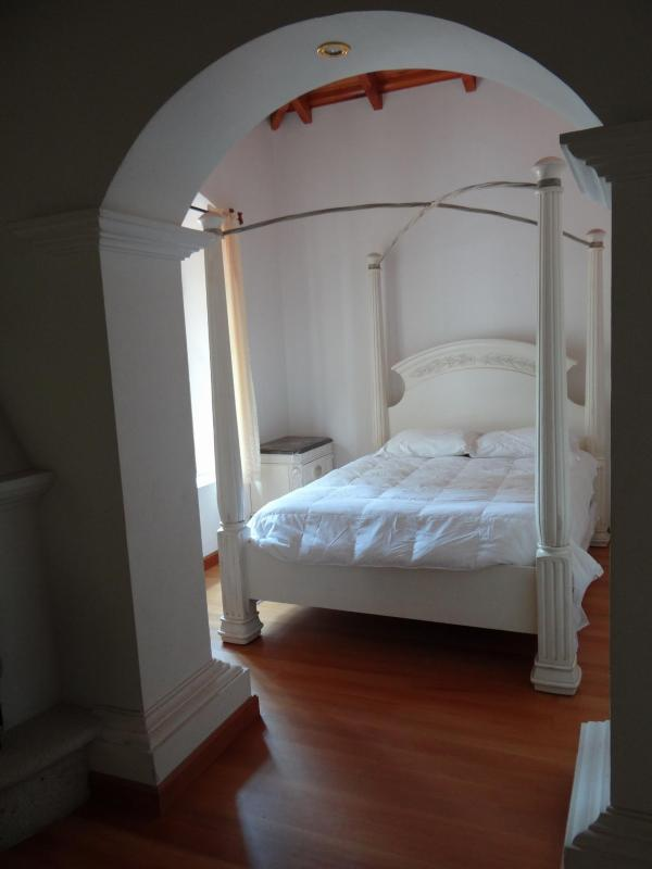 Queen Colonial Bed - Queen Suite - Antigua Guatemala - rentals
