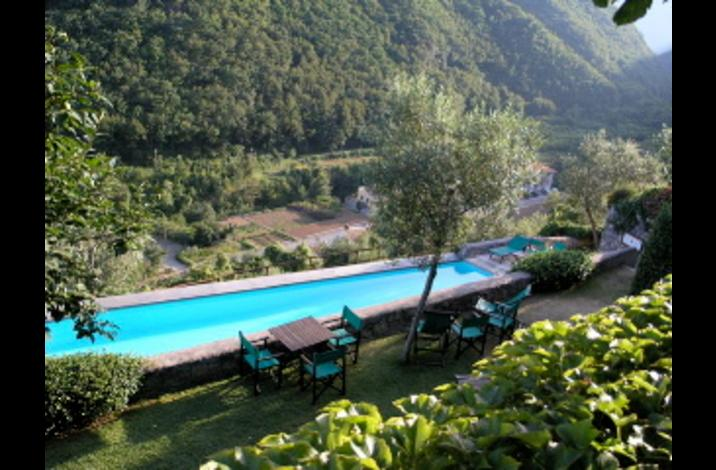 communal seating in and around the pool area - Georgous  contemporary 2 bedroom holiday cottage in fabulous 13th century borgo of collettadicastelbianco - Castelbianco - rentals