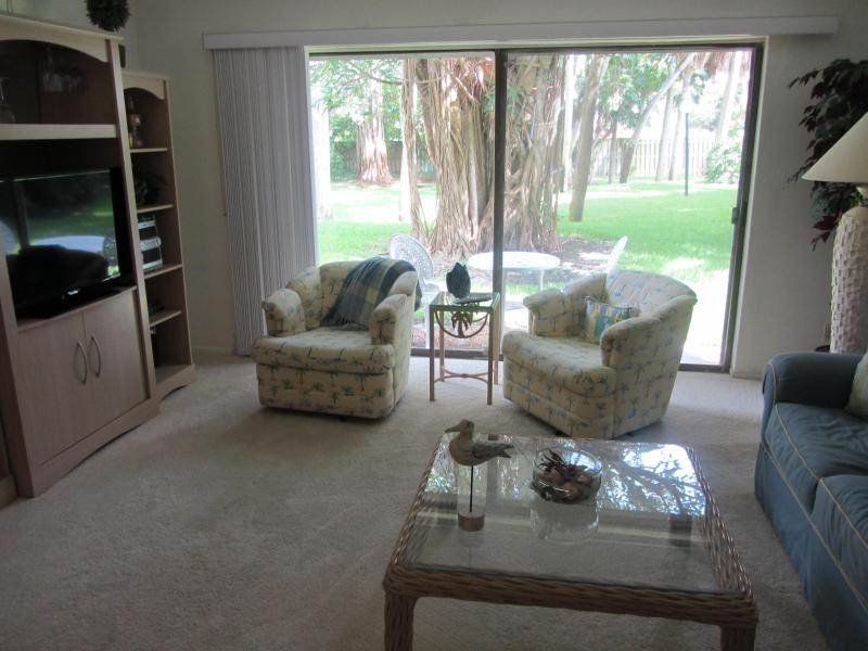 "Living room with 40"" flat screen Tv - Beautiful Garden Level Condo in Bay to Gulf Resort - Longboat Key - rentals"