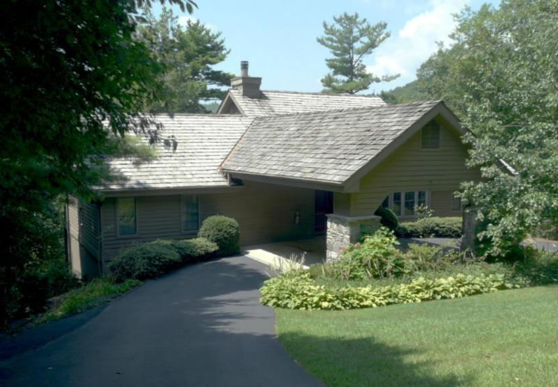 Cozy four bedroom, four bath home with stunning mountain views in the heart of Lake Toxaway. - Image 1 - Lake Toxaway - rentals