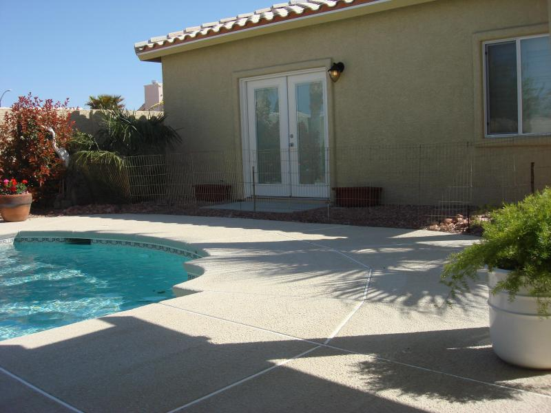 FRENCH DOORS IN BEDROOM OVERLOOKING POOL - 80 DEG. POOLSIDE - Las Vegas - rentals