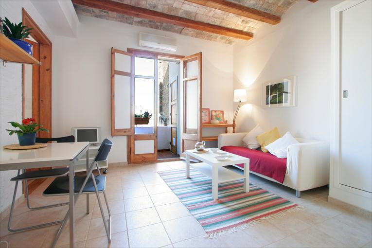 Living/dining room with lots of natural light and doors opening onto small terrace with table for 2 - Quiet and central flat in down town Barcelona - Barcelona - rentals