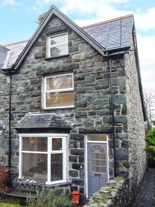 MEIRION HOUSE, open fire, close to amenities, traditional cottage in Llanbedr, Ref. 20762 - Image 1 - Llanbedr - rentals