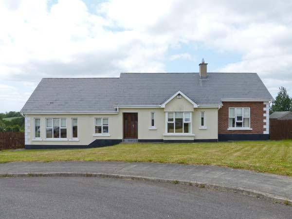 8 BLAKES GLEN, pet-friendly, open fire, en-suite, ground floor cottage in Curracloe, Ref. 27031 - Image 1 - Curracloe - rentals