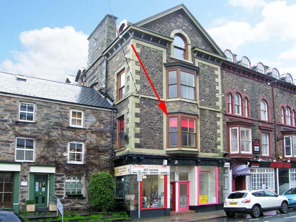 PENDRAIG BACH, ground floor apartment, central location, distant estuary views, in Barmouth, Ref 903902 - Image 1 - Barmouth - rentals