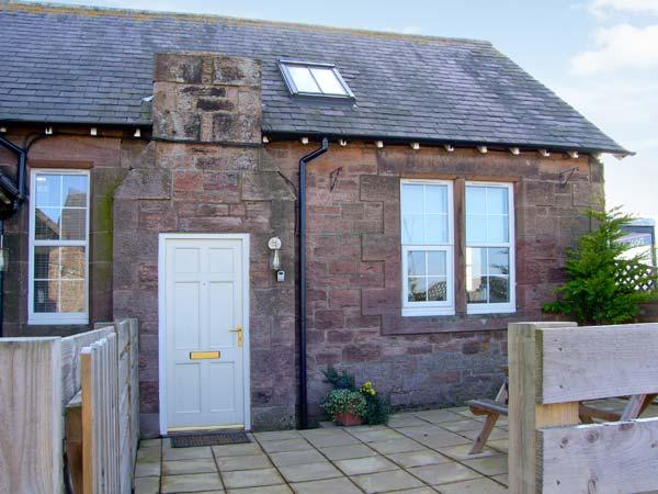 BEDE APARTMENT, stone-built conversion, mezzanine bedroom, patio, in Beal near Holy Island, Ref 904062 - Image 1 - Beal - rentals