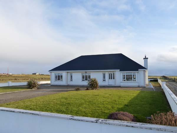 SHRAIGH BEACH, quality detached cottage, multi-fuel stove, bar, sea views, near Belmullet, Ref 905614 - Image 1 - Belmullet - rentals