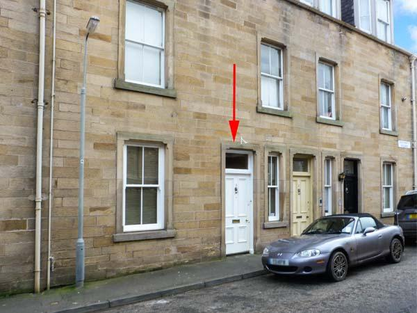 3 QUEEN MARYS BUILDINGS, ground floor apartment, open plan living area, parking, shared green, in Jedburgh, Ref 905736 - Image 1 - Jedburgh - rentals