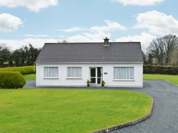 SEAFIELD, detached cottage with garden, two sitting rooms, close amenities and river, Letterkenny Ref 905824 - Image 1 - Ramelton - rentals