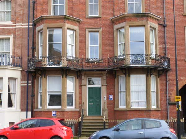 STANTON HOUSE APARTMENT 3, 1st floor, bay windows, close to beach and shops in - Image 1 - Whitby - rentals
